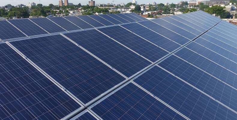 Rodzaje paneli fotowoltaicznych - panele słoneczne na dachu