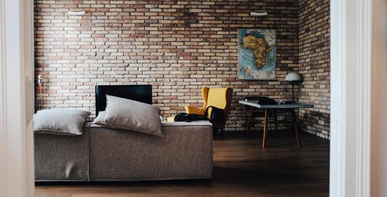 Salon w stylu loft - cegła