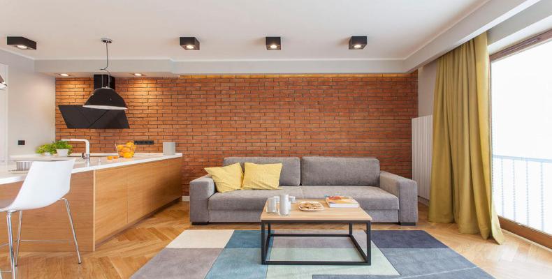 Salon w stylu loftowym - ceglana ściana