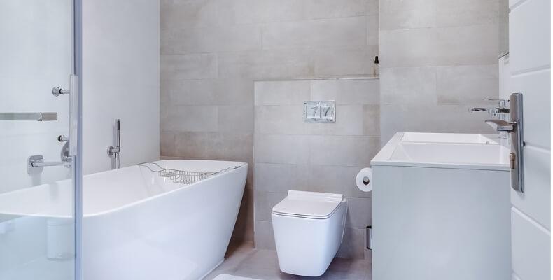 jak zabudować rury w łazience