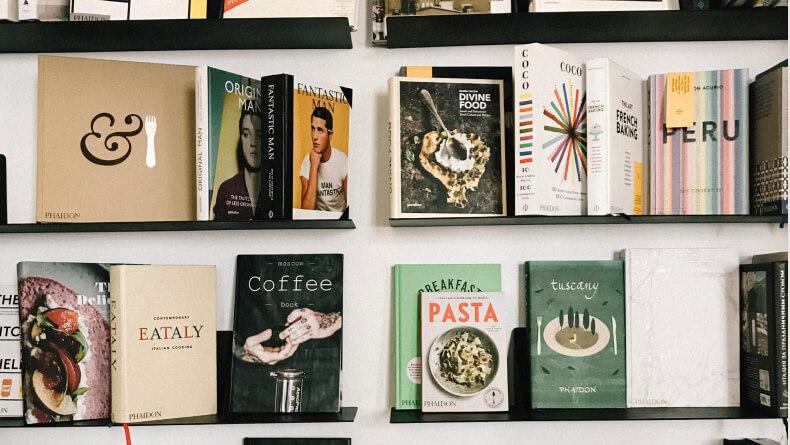 Książki na półce - jak je ustawić