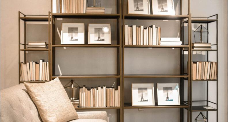 Ustawianie książek na regale