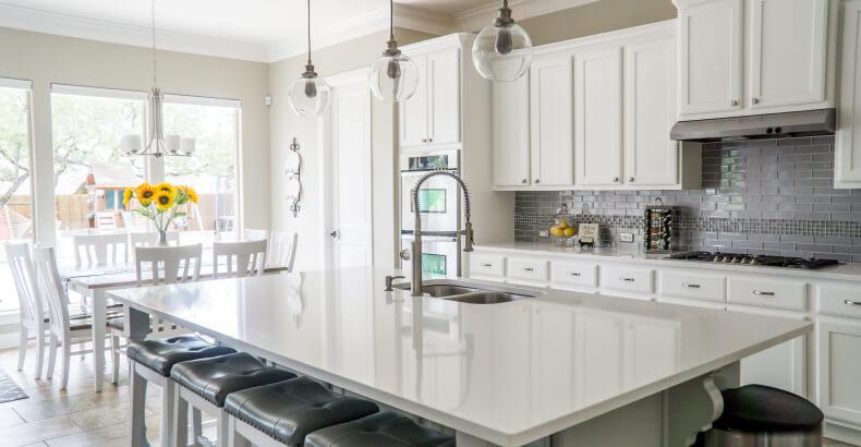 Wyspa - jak urządzić salon z kuchnią