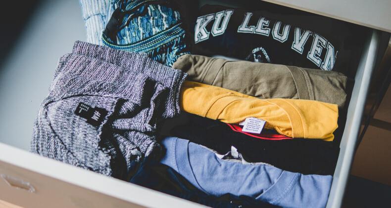 Składanie ubrań do szuflady