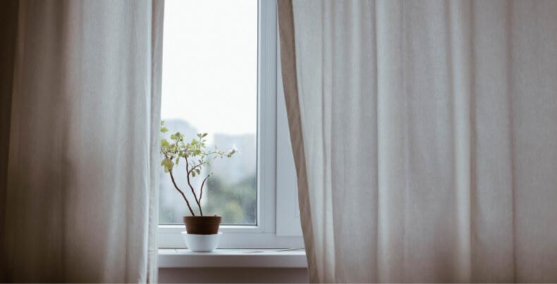 Zasłony - jak ochłodzić mieszkanie latem