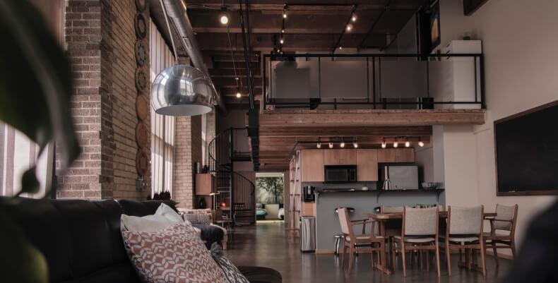 Loftowe mieszkanie - antresola w pokoju