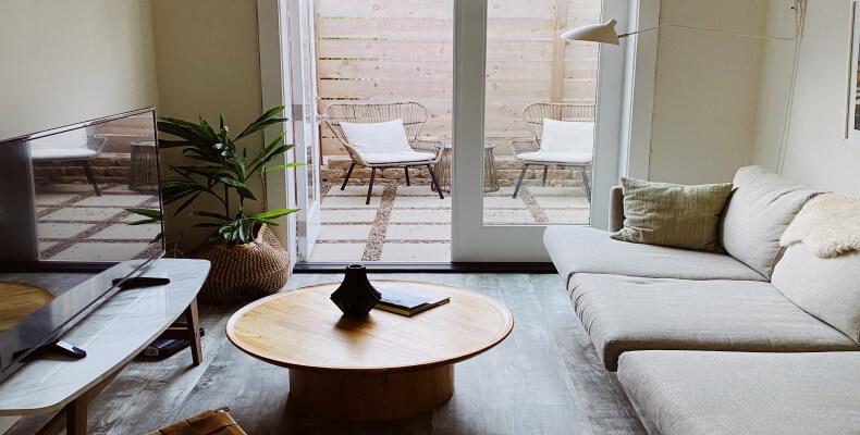 Jak urządzić wąski pokój - mał wnętrza - światło w pokoju