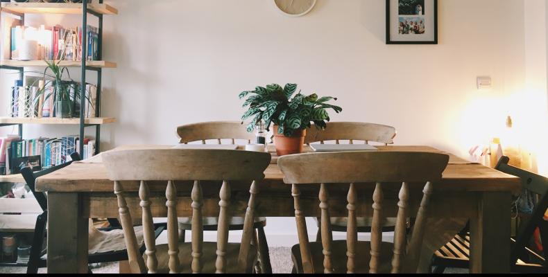 Jak odnowić stare krzesło? Jak odrestaurować krzesło drewniane?