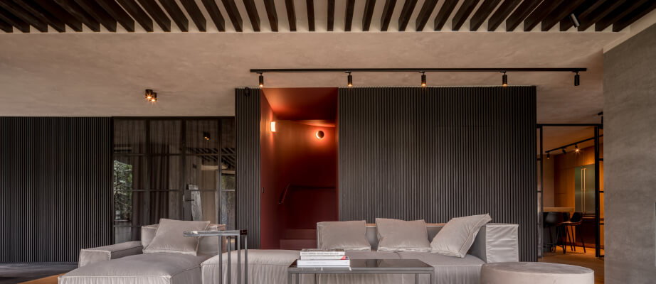 Salon z wysokim sufitem - jak wykorzystać wysoki sufit