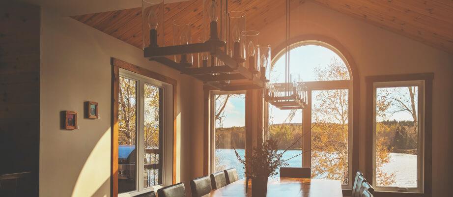 Wysokie mieszkanie aranżacja światłem - wysoki sufit